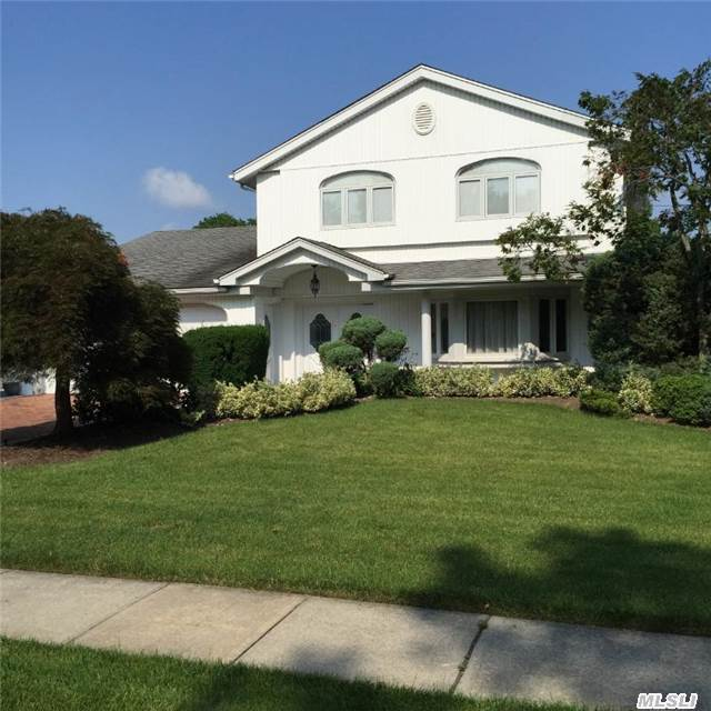 82 Shelbourne Ln, Manhasset Hills, NY 11040