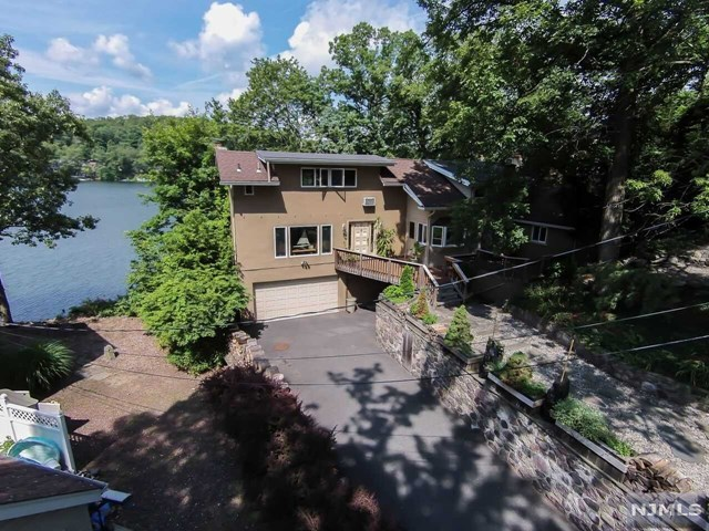62 Leach Dr, Bloomingdale, NJ 07403