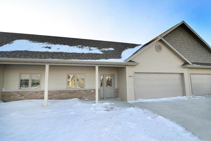 5827 Fountain Vista Dr, Grand Forks, ND 58201