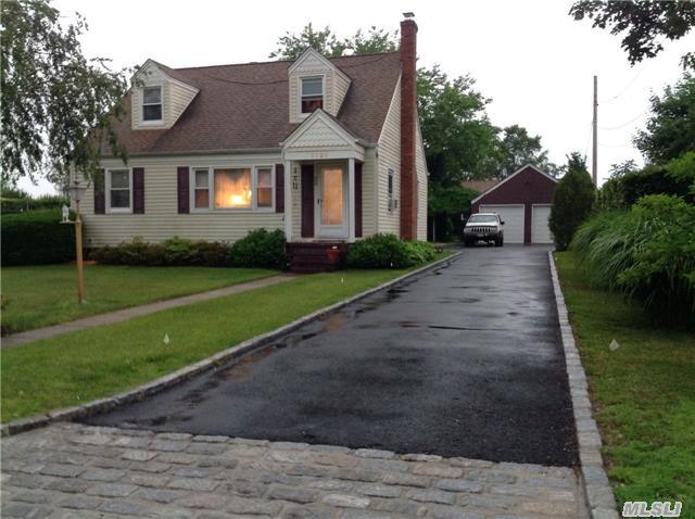 1121 Woodcrest Ave, Riverhead, New York 11901