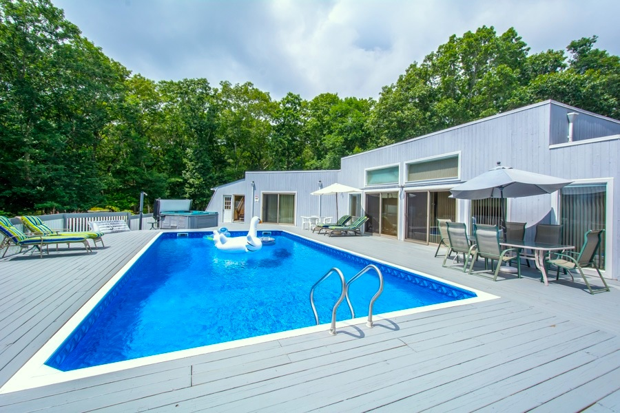 8 Skyes Neck Ct., East Quogue, New York 11942